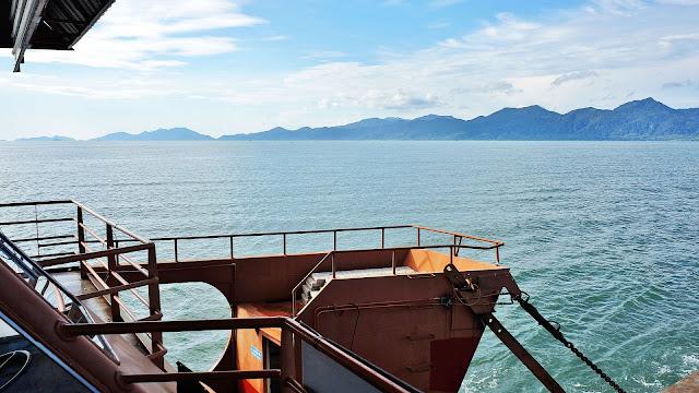 Изображение вида на остров Ко Чанг через залив с парома
