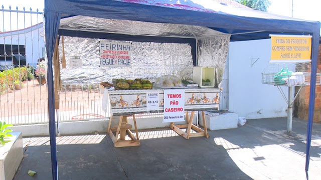 Casal monta barraca sem vendedor e comercializa produtos à base da confiança em Cacoal