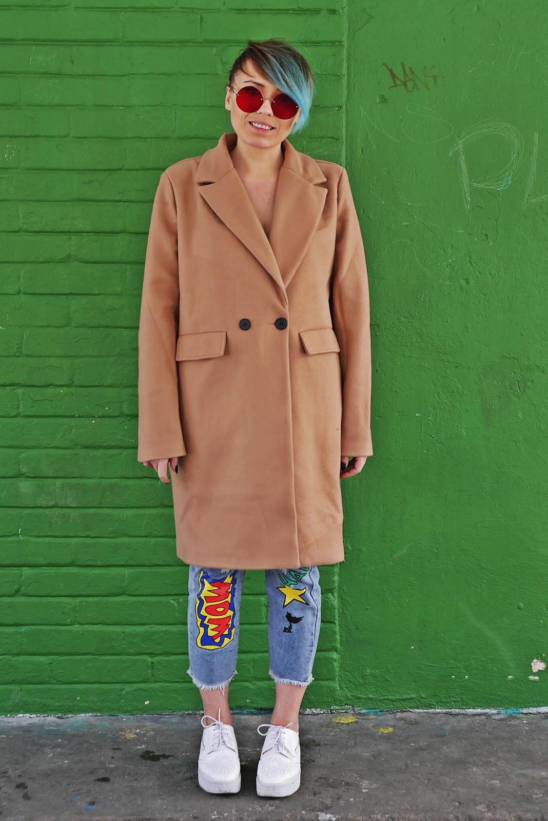 karyn beżowy płaszcz czerwone okulary pastelowe włosy karyn blog modowy