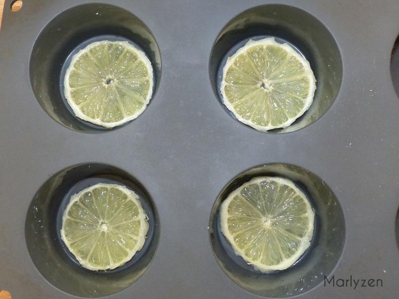Déposez une rondelle de citron dans chaque empreinte.