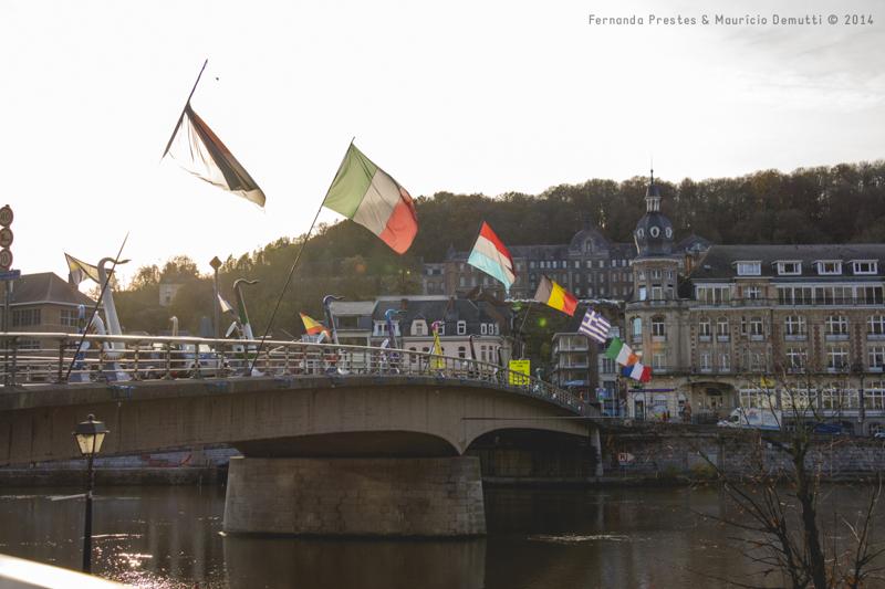 bandeiras na ponte charles-de-gaulle