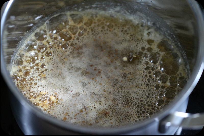 Aufschäumende Butter. Die Molke steigt nach oben und kann dann abgeseiht werden | Arthurs Tochter kocht von Astrid Paul