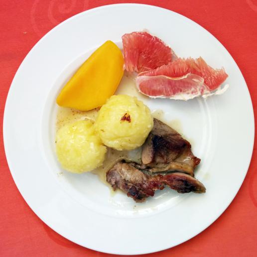 Foodporn: Ente an Klößen mit frischer Mango und Pamelo