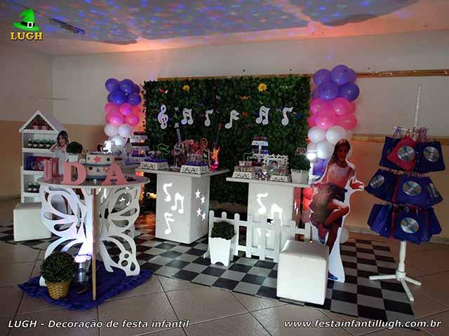 Decoração Violetta - Mesa provençal com notas musicais e muro inglês