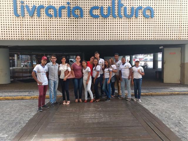 Alunos da Suzel Galiza vão as compras na Livraria Cultura com o voucher que receberam da Associação dos Magistrados da Justiça e do Trabalho