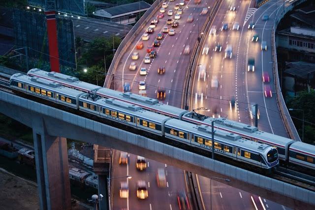 Thủ đô Bangkok nổi tiếng với tình trạng ùn tắc vào giờ cao điểm, vì vậy bạn có thể sử dụng tàu điện trên không để tham quan vừa tránh được tình trạng ô nhiễm không khí.     Có hai tuyến đường tàu điện trên không được vận hành trong thủ đô và cắt nhau ở quảng trường Siam. Để đi được tàu điện trên không bạn cần đổi tiền xu ở những điểm máy bán vé tàu điện tự động ở gần lối vào. Bạn có thể đi vào bất kì thời điểm nào với chi phí đi lại từ 15-40 bath (khoảng 10.000 đến 26.000 vnđ).