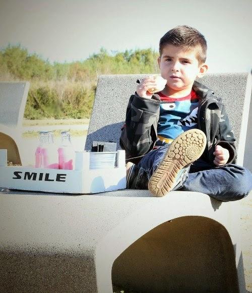 Niño en una tumbona junto a la caja de picnic
