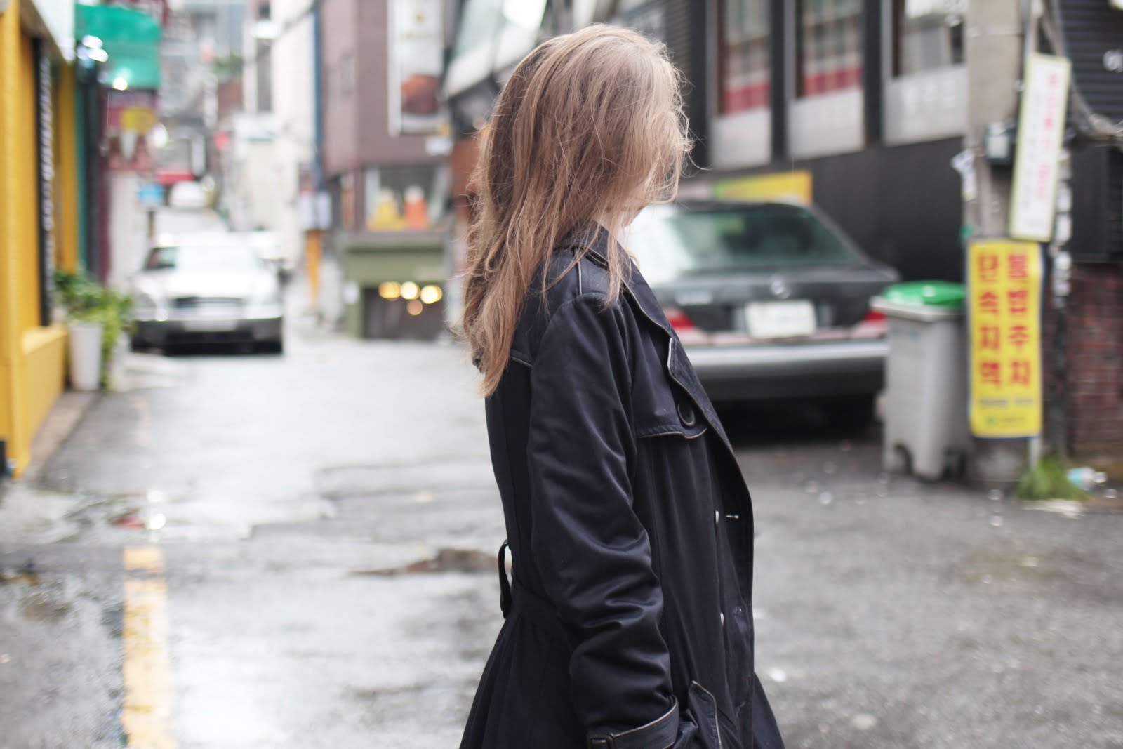 how to style navy trench coat transitional weather outfit inspiration