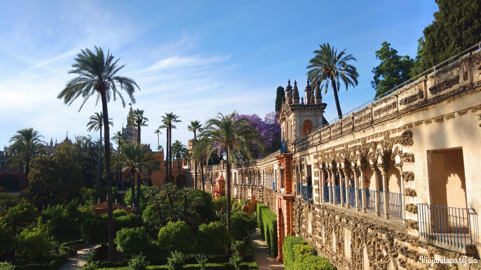 Vista desde la Galería Grutesco a los jardines de fondo se alcanza a ver la cúpula de la Catedral de Sevilla.