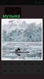 звучит музыка, играет пианино на льдине в середине реки