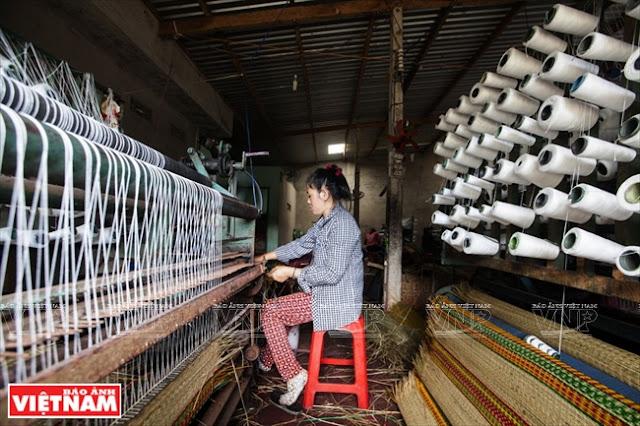 Nghề dệt chiếu cói tạo công việc ổn định và tăng thu nhập cho các hộ gia đình ở xã Phú Tân.