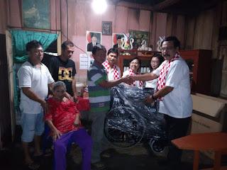 Relawan Solidaritas Merah Putih Jokowi Minsel Membagikan Bantuan Kepada Penyandang Disabilitas