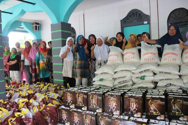 Ibu-ibu lanjut usia di Masjid Masjid Darul Azhar di jalan Aman kompleks Pabrik PT. STTC saat menerimasembako dari perusahaan PT. STTC
