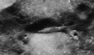 Foto presunta astronave ingrandita: in realtà è un avvallamento del terreno