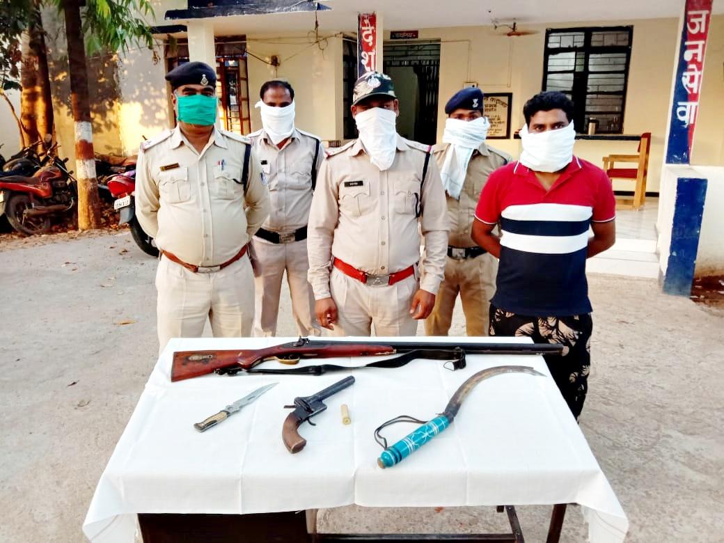 Alirajpur News- KAthiwada News- हथियार लहराते हुऐ बाजार में घूमता युवक पुलिस गिरफ्त में