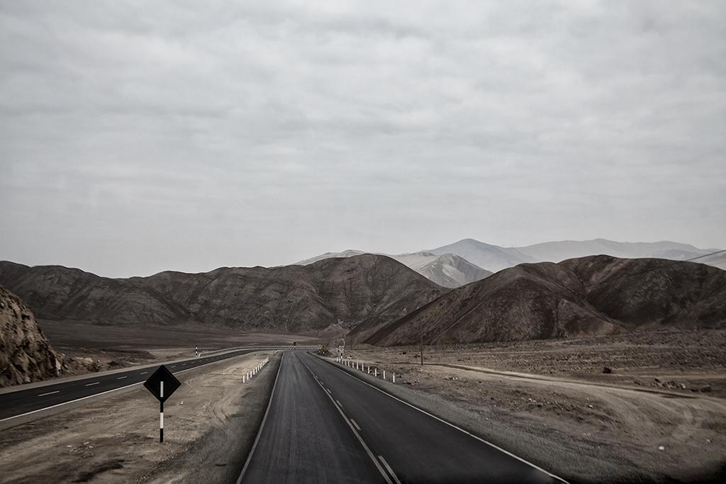 vista en perspectiva de la carretera en el desierto peruano