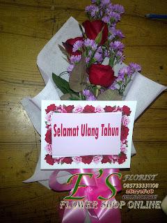 bunga tangan mawar merah sederhana