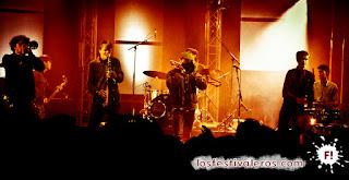 Los jóvenes holandeses de Jungle by Night cerraron el primer día de festival en el Chapiteau de Seb'con un chispeante afro beat funk.