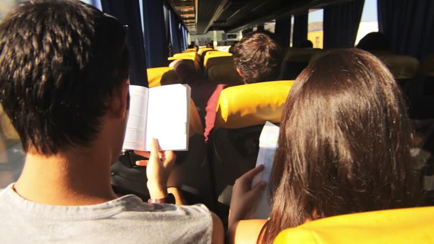 Membaca buku di dalam bus untuk menghilangkan bosan saat mudik (Sumber: Anything About Viral)