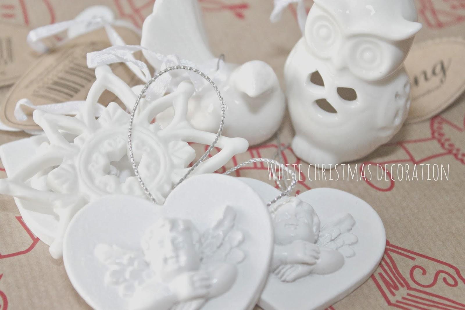 białe choinkowe dekoracje