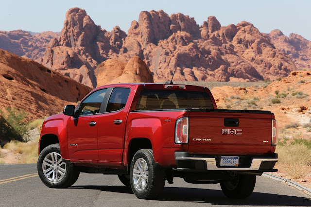 Rear 3/4 view of 2016 GMC Canyon 4WD SLT