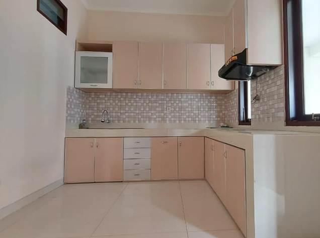 Ruangan Dapur Rumah Minimalis type 30 dengan kitchen set kabinet