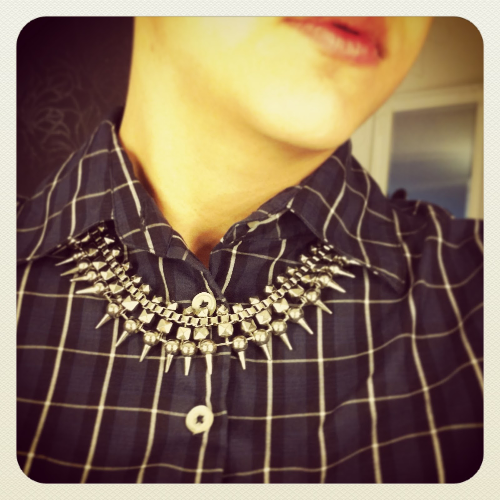 9c1484e9d8a Die Idee, die Kette ÜBER dem Hemd und unter dem Kragen zu tragen, habe ich  vor einer Weile mal auf eine Blog gesehen. Coole Idee, wie ich finde.
