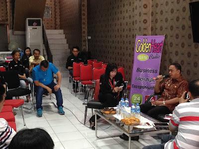 Penjabat Walikota Manado Royke O. Roring saat tampil di stasiun Radio Golden Heart.