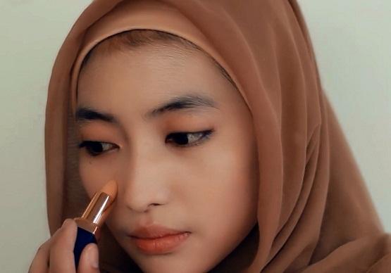 cara memakai make up,cara ber make up sendiri,cara memakai make up bagi pemula,cara memakai make up untuk wajah bulat,
