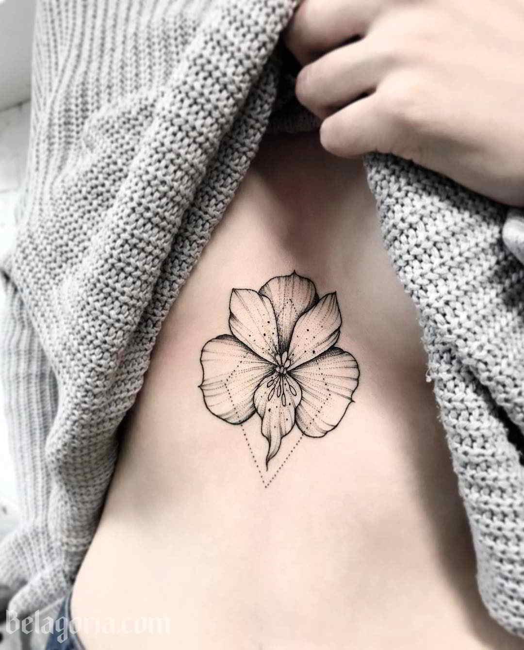 Imagen de un tatuaje femenino de orquidea