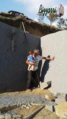 Bizzarri, da Bizzarri Pedras, com o neto, escolhendo pedra na pedreira com essa cor de pedra cinza claro para fazer as construções com pedras, torres de pedra, mirante de pedra, parede de pedra, calçamento de pedra e escadas de pedra.