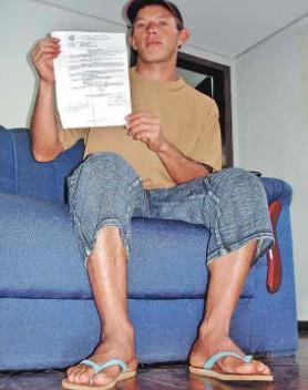 O juiz do Trabalho Bento Luiz de Azambuja Moreira, que suspendeu audiência porque uma das partes, um trabalhador rural, usava chinelos, deverá ressarcir à União os R$ 12,4 mil pagos ao lavrador a título de danos morais. A decisão é do juiz Federal Alexandre Moreira Gauté, da 1ª vara Federal de Paranaguá/PR.  O caso aconteceu em 2007, no município de Cascavel/PR