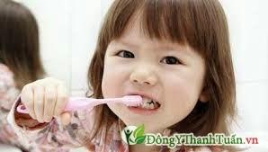 nguyên nhân răng trẻ sẫm màu