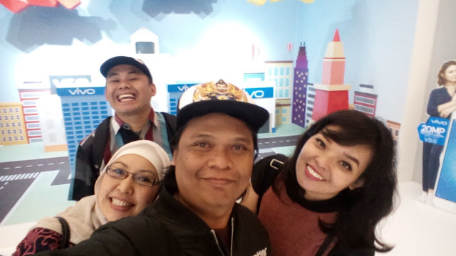 swafoto bersama di booth group selfie di Acara Vivo V5s Launch