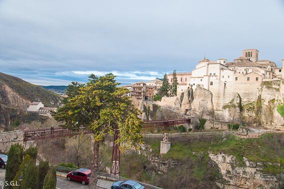 Puente y casas colgantes. Cuenca