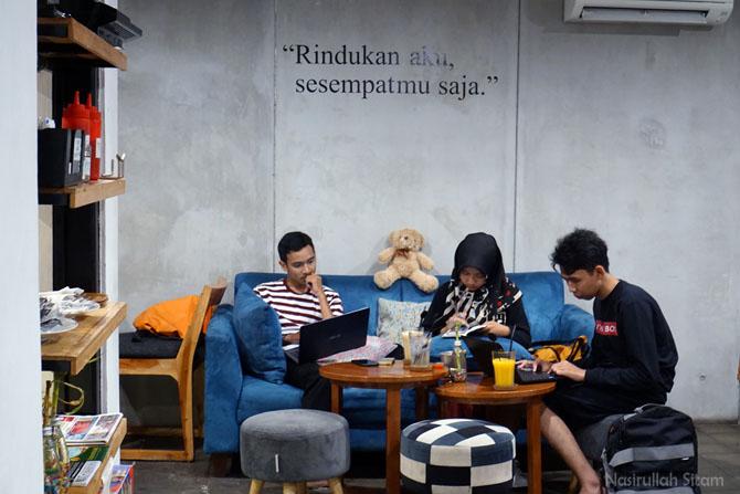 Tempat duduk pengunjung di kedai kopi Ruang Tengah