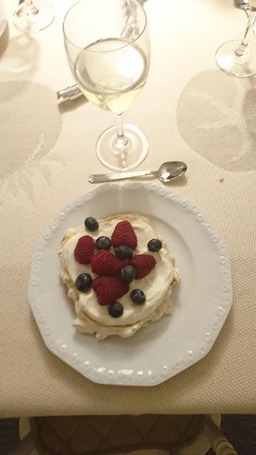 Nyårs dessert - Riskrispies-pavlova med färska bär och smörkräm