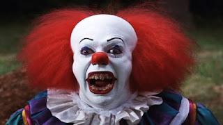 Vestito da clown terrorizza i bambini con un coltello