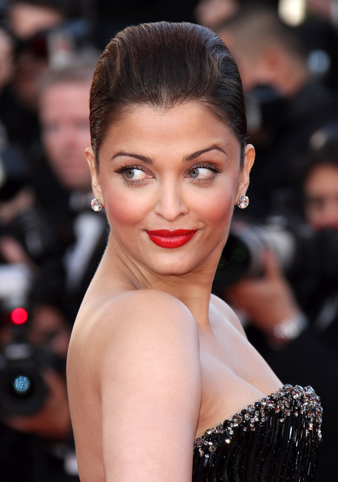 High Quality Bollywood Celebrity Pictures: Aishwarya Rai Showcasing Massive Cleavage in Black Dress
