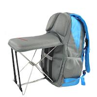 Un sac à dos avec une chaise qui se plie dans le dossier du sac