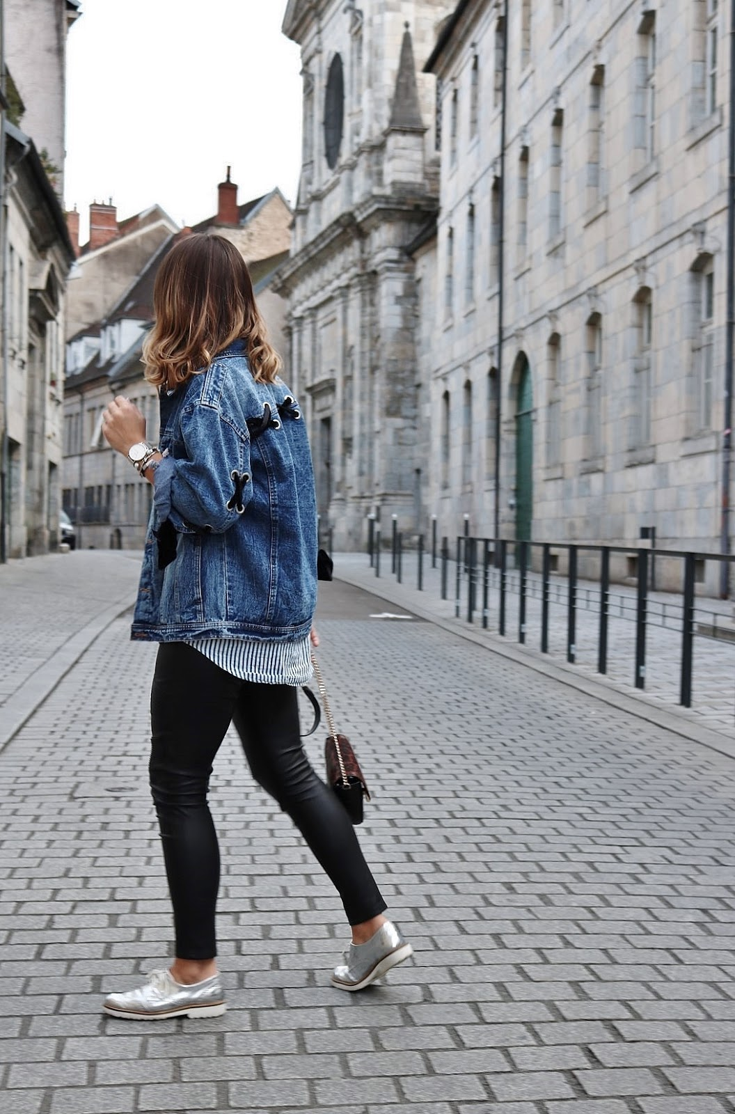 pauline-dress-tenue-look-besancon-veste-denim-lace-up-noir-tregging-chemise-rayee-sac-leo-zoom-marche