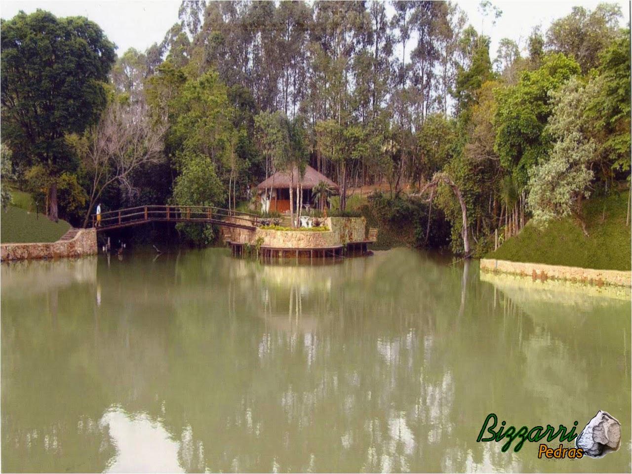 Construção de lagos com muros de pedra em volta. Construção da churrasqueira com o quiosque de piaçava no canto do lago com execução da ponte de madeira e a execução do paisagismo.