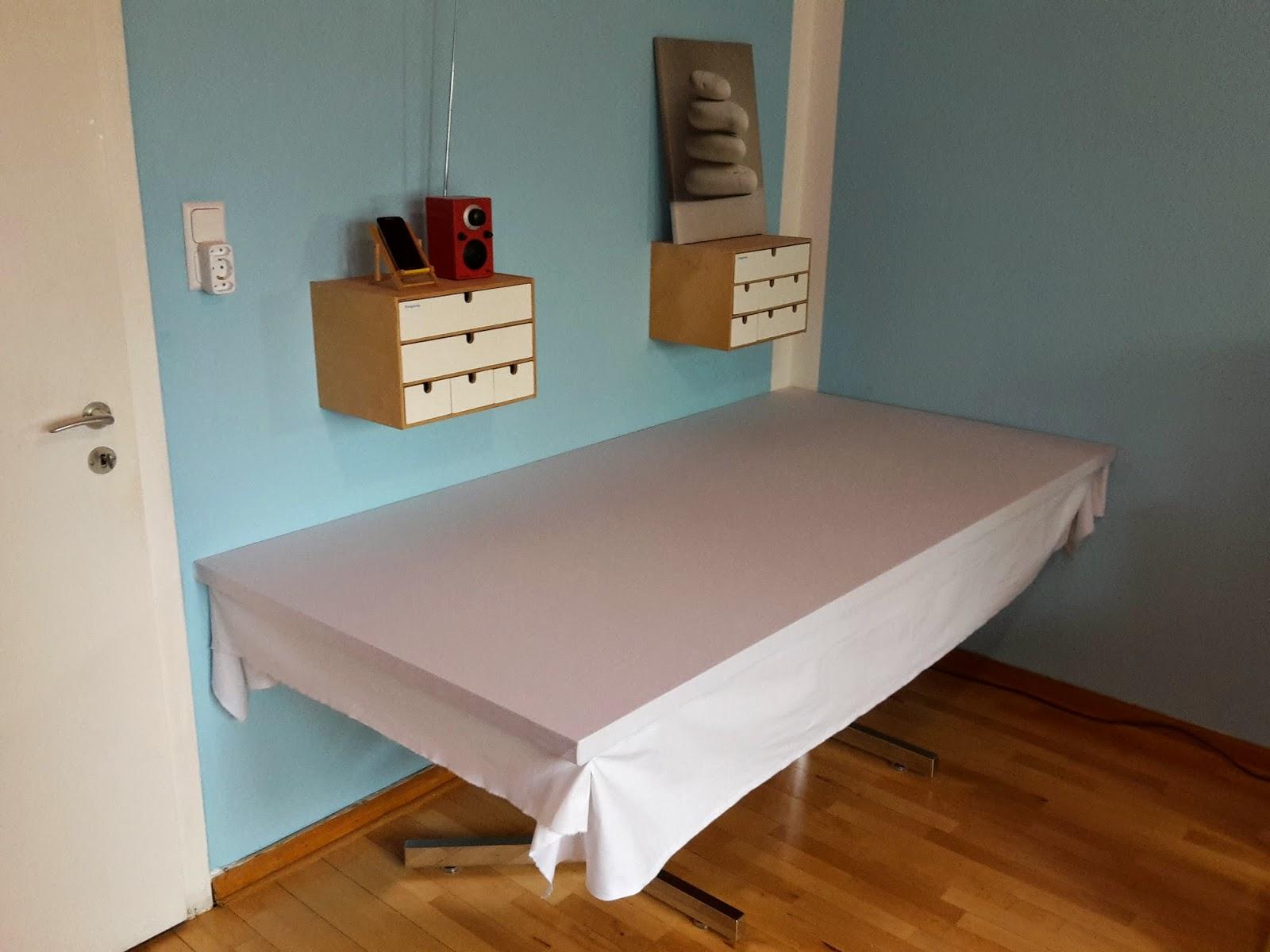 Bild des Schreibtischs mit einer weißen Stoffbespannung über der Arbeitsplatte