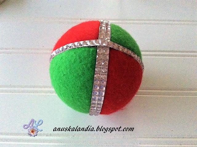 Cómo-hacer-bola-navideña-fieltro-y-patchwork-sin-aguja-Anuskalandia