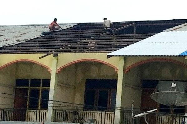 BPBD Sekadau Evakuasi 2 KK Korban Angin Ribut