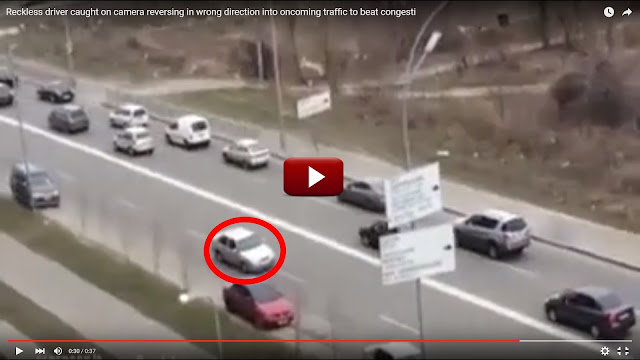 Οδηγεί με όπισθεν για να αποφύγει την κίνηση! Βίντεο