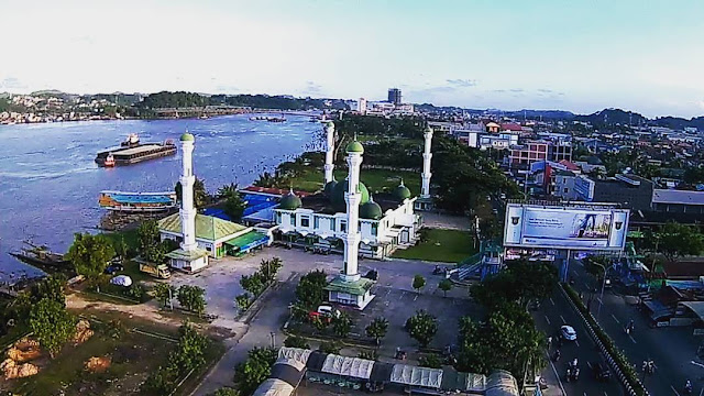 Foto Udara Mesjid di Tepi Sungai Mahakam Samarinda