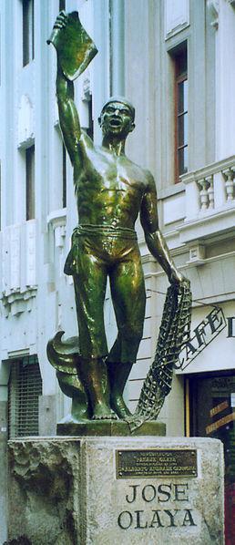 Foto a la estatua de José Olaya de cuerpo entero