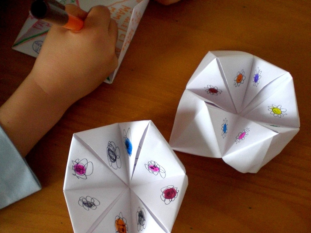 7 games we used to play in primary school mr sai mun paper roulettewhile there doesnt seem to be an actual name for this game we all know this one you fold squares and you pick a side each time you flip jeuxipadfo Images