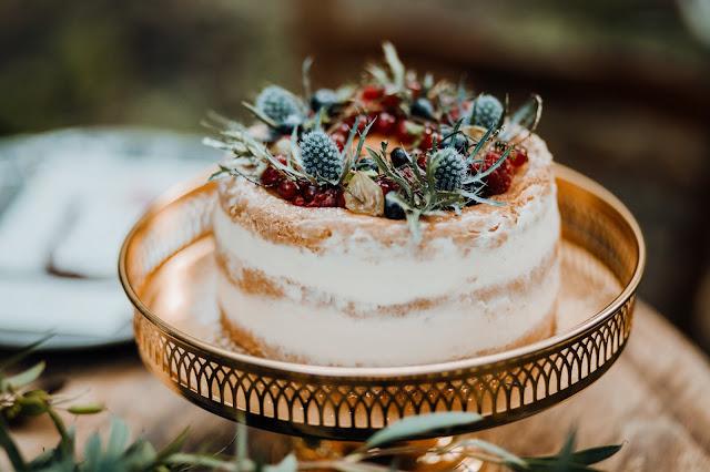 Naked Cake ozdobiony owocami leśnymi od NOTOCIACHo. Złota patera - Rekwizytornia&CompanyStylizowana Sesja zdjęciowa Bridal Blog.